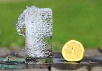 Напитки и давление: что можно пить в жару?